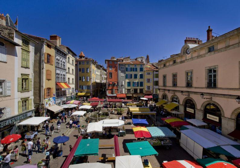 SEJ_City Walk… Week-End au Puy-en-Velay_la place du Plot un jour de marché