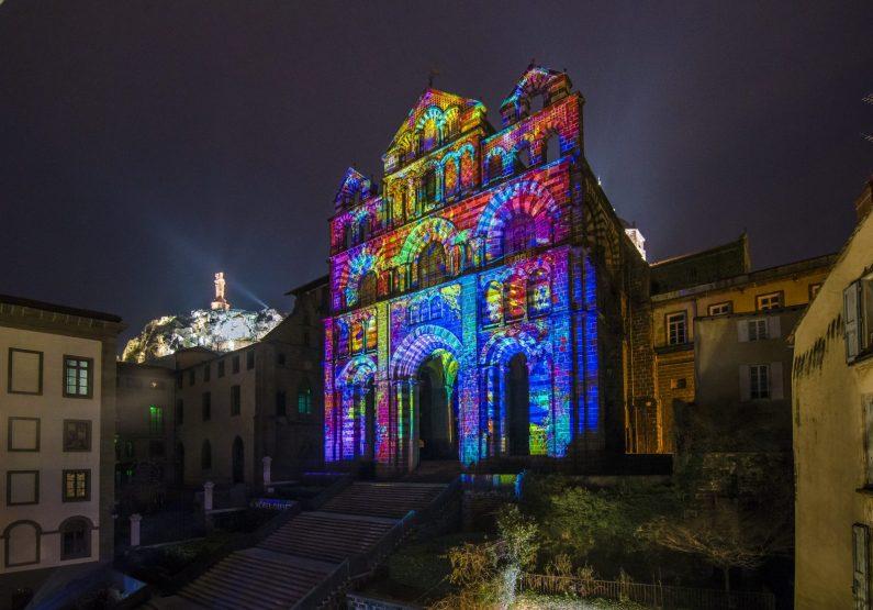 Le Puy en Velay Façade de la cathédrale illuminée lors animation Le Puy en lumière