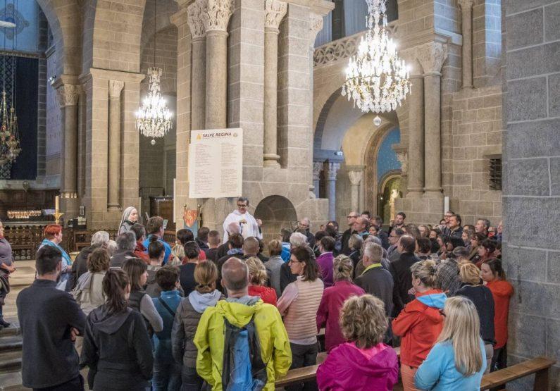 Intérieur de la cathédrale avec messe des pélerins