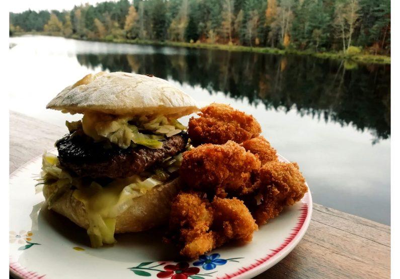 RES_Restaurant La petite baigneuse__Vente à emporter- Burger fondue de poireaux au vin blanc, Saint Marcelin Et friture de choux fleur en fleurette, noix de muscade