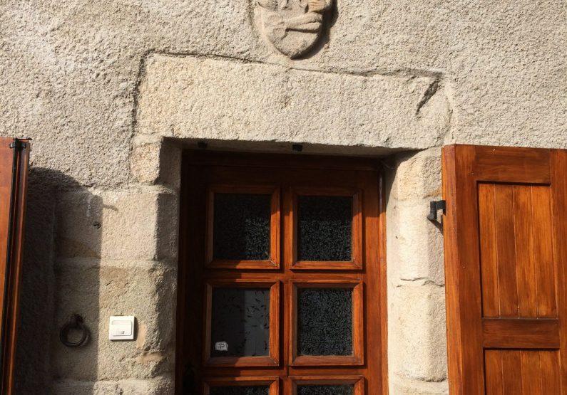 EVE_Visite du bourg médiéval _porte blason